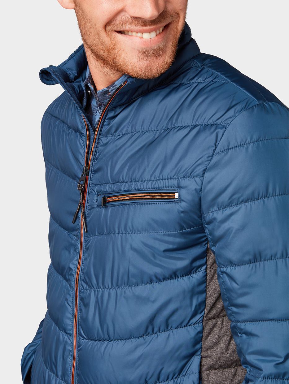 куртка Tom TailorВерхняя одежда<br>Легкая стеганая куртка|высокий воротник для защиты от ветра|пара карманов по бокам|прямой покрой|небольшой логотип на подоле сбоку|длина изделия для размера М: 69 см